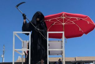 a-lawyer-dressed-as-the-grim-reaper-is-haunting-florida-beaches-to-protest-their-reopening
