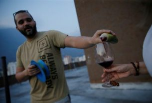 venezuelans-pass-wine-across-rooftops-to-celebrate-happy-hour-in-quarantine