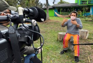 colombian-director-films-quarantine-'bathroom'-comedy-with-mobile-phones