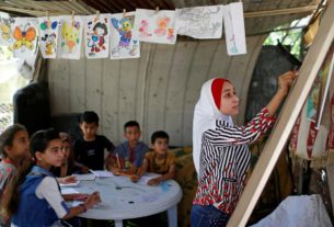 gaza-girl,-13,-teaches-neighbourhood-children-during-school-closure