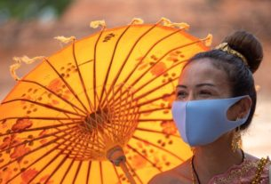 thais-return-to-temples-in-traditional-garb-–-and-masks