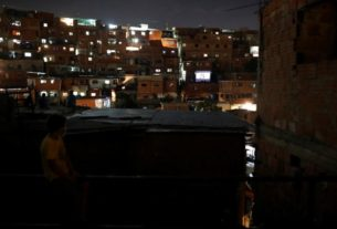 rooftop-movie-entertains-violent-venezuelan-barrio-during-quarantine