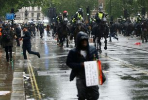 uk-anti-racism-protesters-clash-with-mounted-police