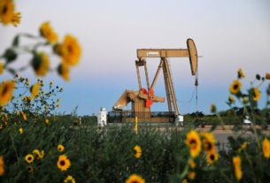 oil-edges-higher,-even-as-us.-inventory-rise-revives-glut-worries