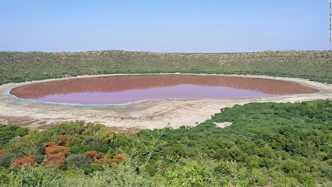 a-50,000-year-old-lake-in-india-just-turned-pink-and-experts-don't-know-exactly-why
