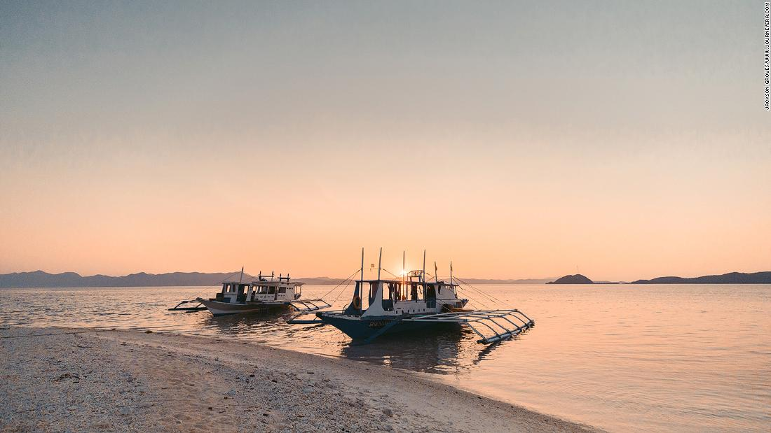 exploring-palawan's-scenic-islands-on-a-traditional-fishing-boat