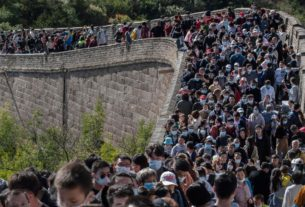 what-pandemic?-crowds-swarm-great-wall-of-china-during-holiday-week