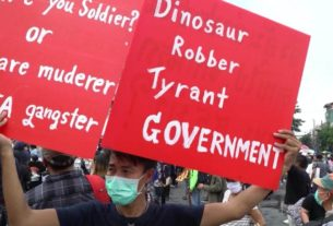 angry-thai-protesters-obstruct-royal-motorcade