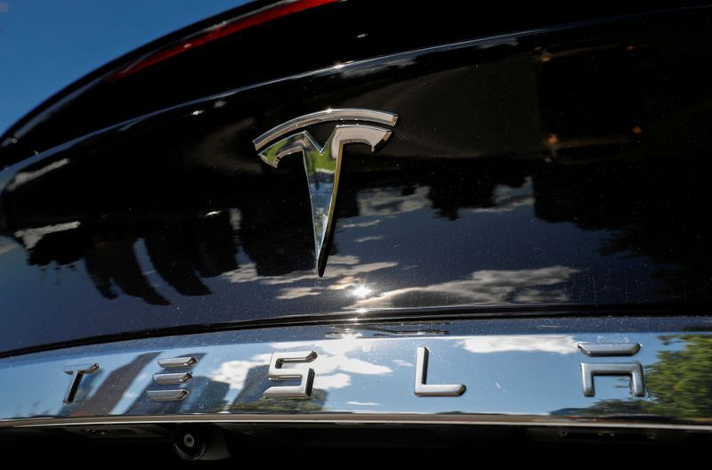 tesla-sets-revenue-record,-makes-profit-thanks-to-pollution-credit-sales-to-rivals