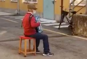 this-81-year-old-italian-man-couldn't-visit-his-wife-in-hospital,-so-he-serenaded-her-from-the-street