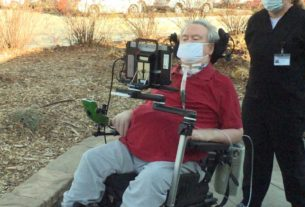 paralyzed-man-drives-wheelchair-with-his-eyes