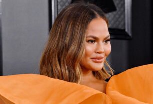chrissy-teigen-lost-a-tooth-in-a-fruit-roll-up-at-the-inauguration