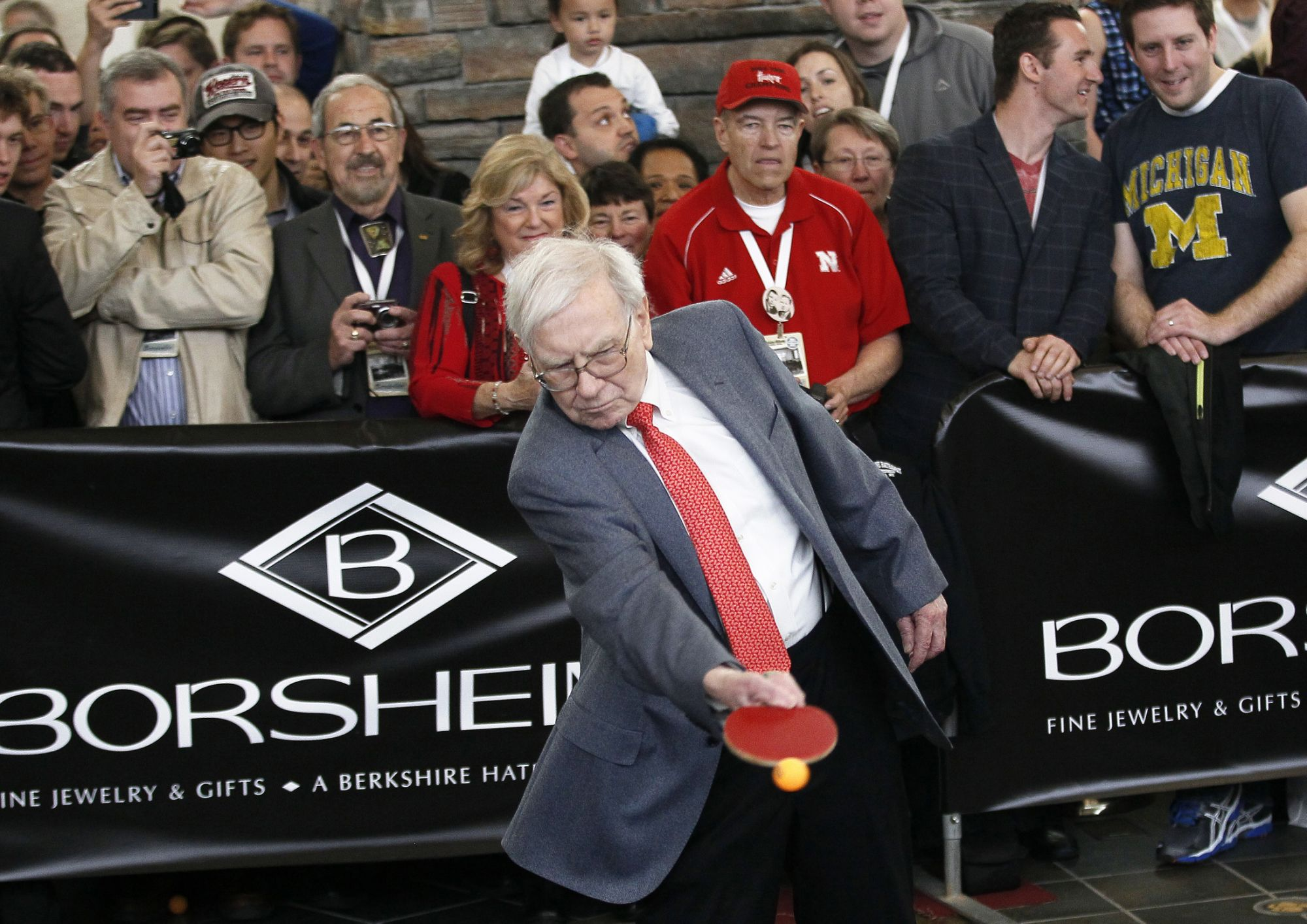 warren-buffett-is-right-to-bet-big-on-5g:-former-cisco-ceo