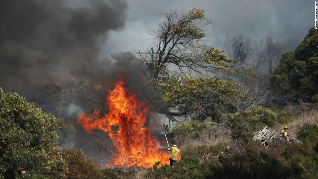 'out-of-control'-fire-breaks-out-in-cape-town's-table-mountain-national-park