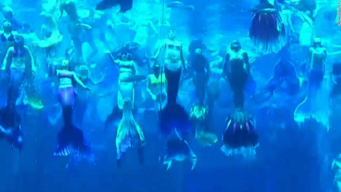 see-100-mermaids-in-a-world-record-performance